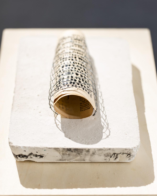 Sculpture, encre de chine sur papier roulé et enfermé dans du grillage, figé dans du Plâtre